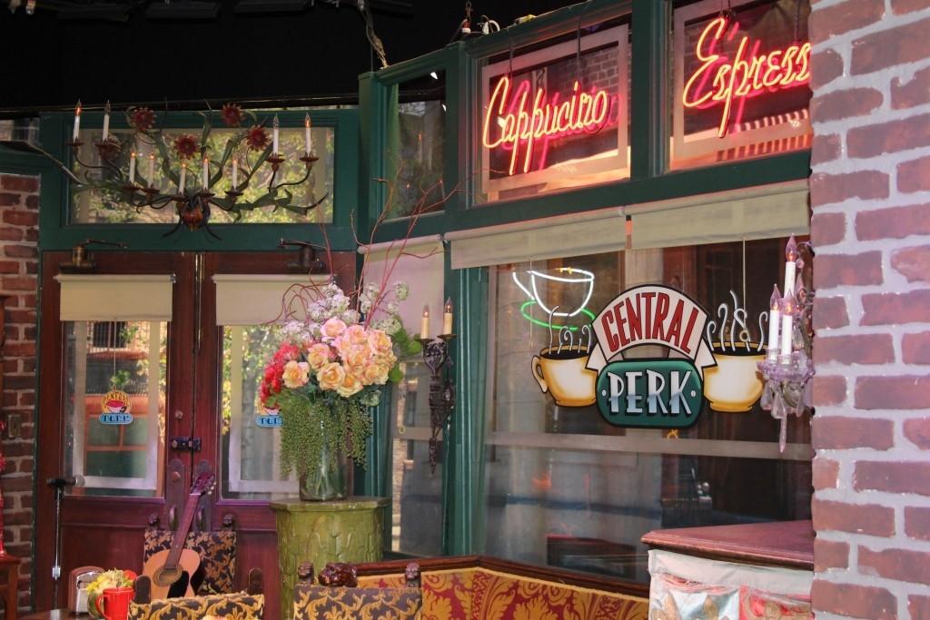 Kultovní seriál Přátele a kavárna Central Perk charakterizují druhou kávovou vlnu: zájem o kávu a její konzumace ve společnosti.