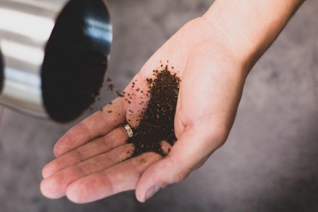kontrola správné hrubosti mletí kávy
