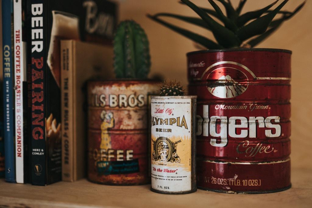 Vzpomínka na historii kávy: první kávová vlna a mletá káva Folgers v plechovkách.