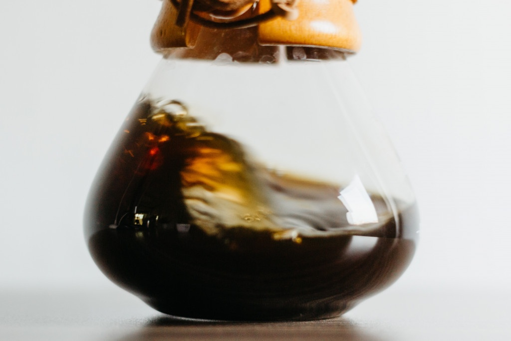 Coffee Wave a černá káva připravená oblíbenou metodou Chemex