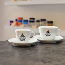 Kvalitní pražená káva nejvyšší kvality v ruce se skleněným šálkem v pražírně