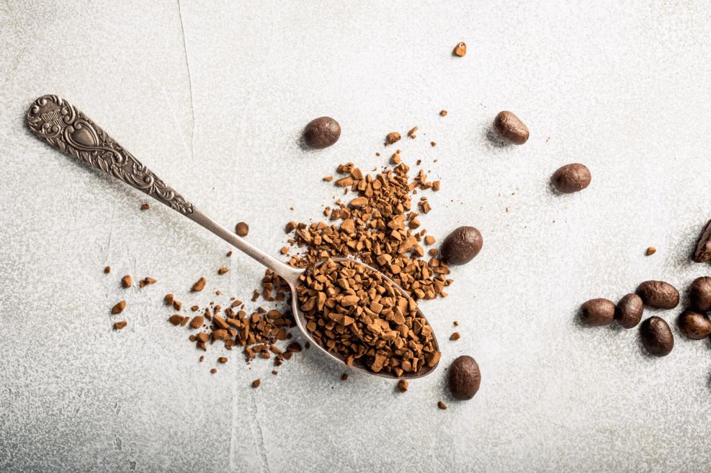 pražená zrnková káva a instantní kávy