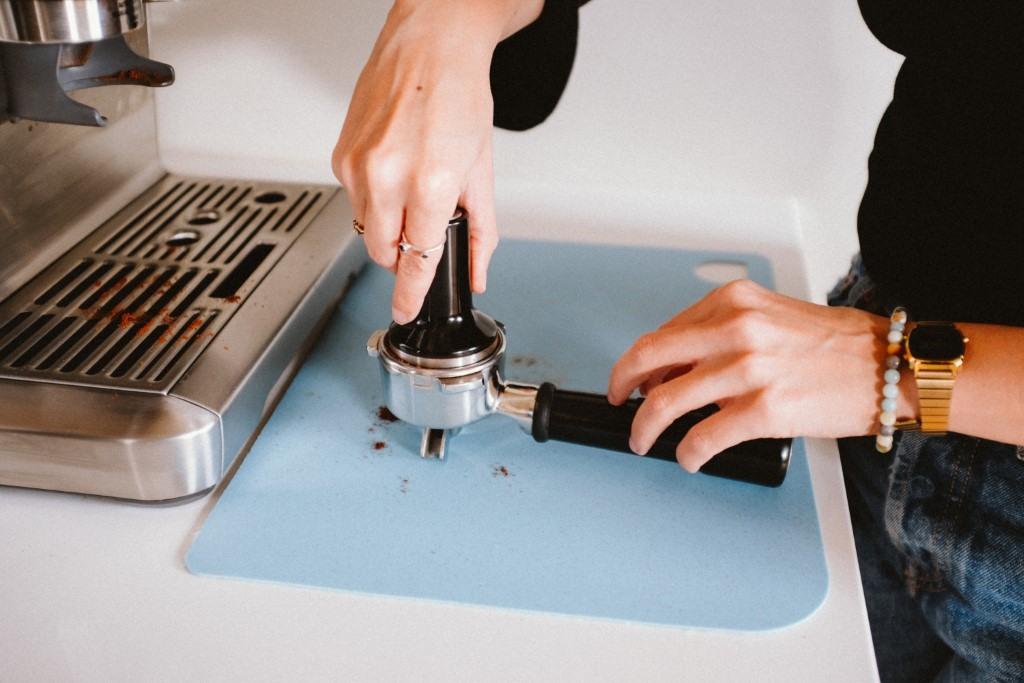Příprava espressa na pákovém kávovaru potřebuje péči a určitý čas.