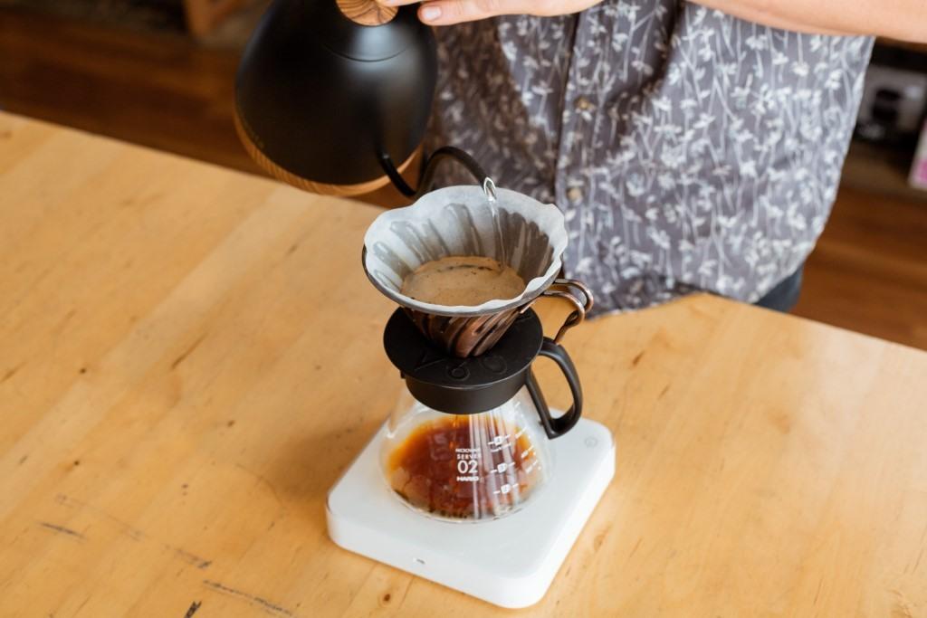 Přesná váha a baristická konvice jsou pro přípravu kávy v Hario V60 nezbytností.