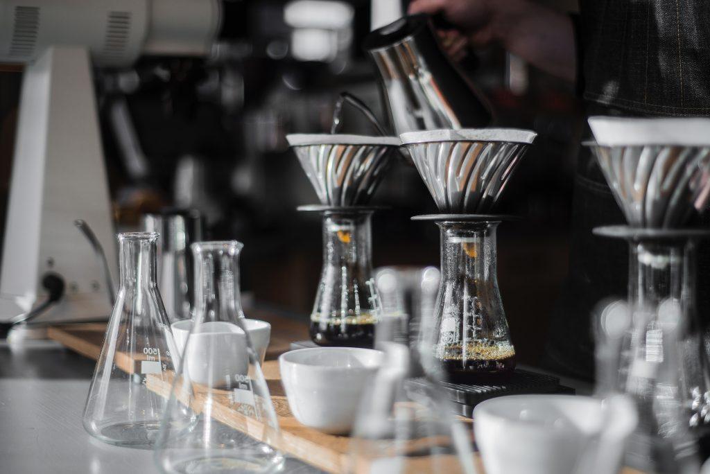 Při přípravě kávy v Hario V60 hraje roli mnoho proměnných jako čas extrakce, teplota a množství vody, jemnost mletí, ale i třeba způsob zalévání.