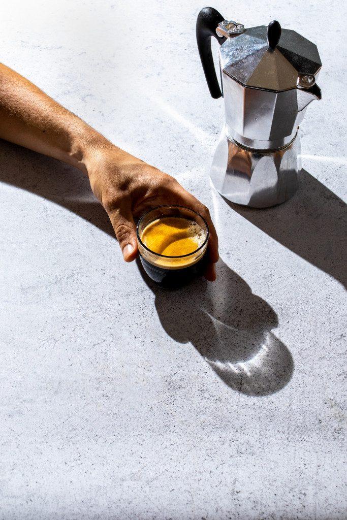 Alternativní způsob přípravy kávy v kultovní Moka konvičce. Káva nejpododobnější espressu bez kávovaru.