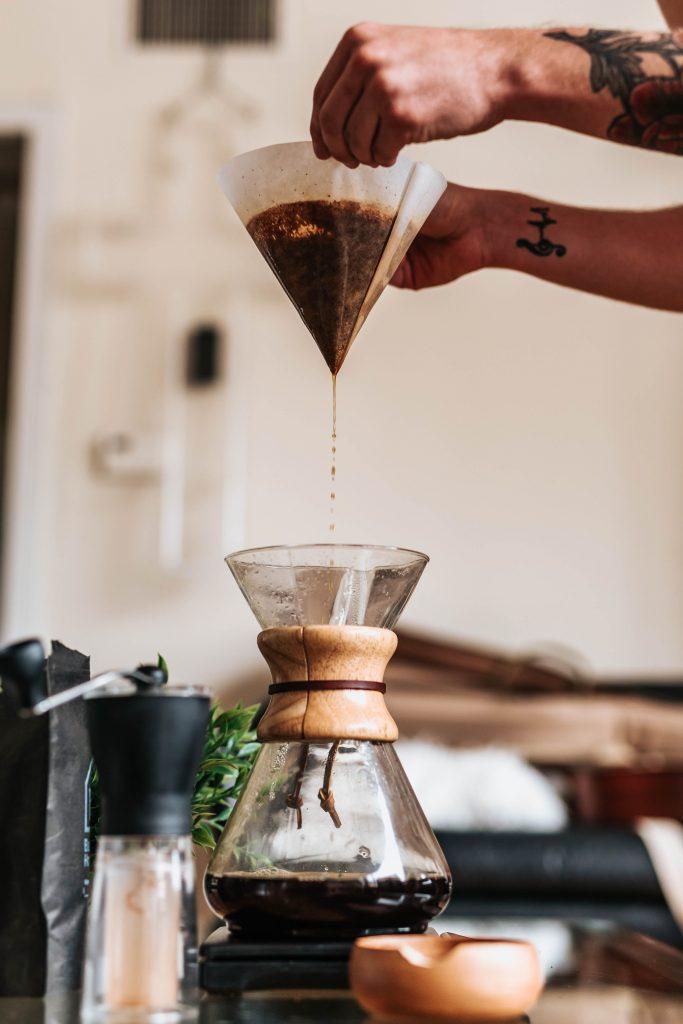 Příprava filtrované kávy metodou Chemex