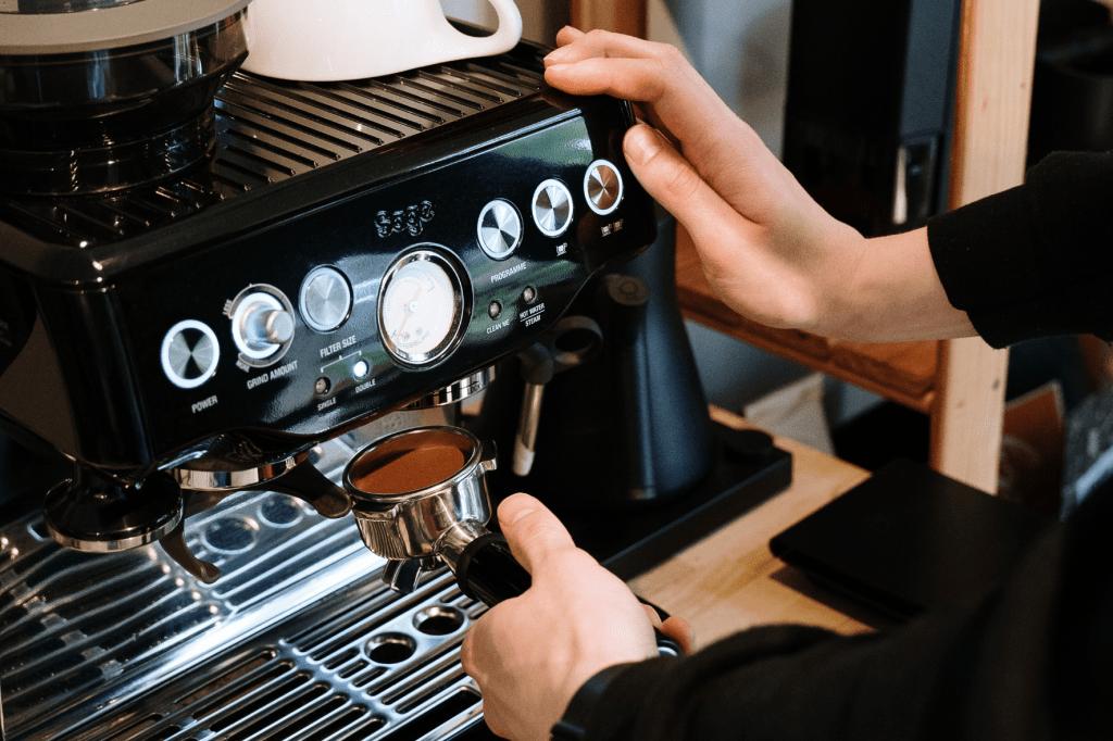 černý domácí pákový kávovar