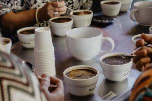 Rozpoznejte chutě kávy při domácím cuppingu