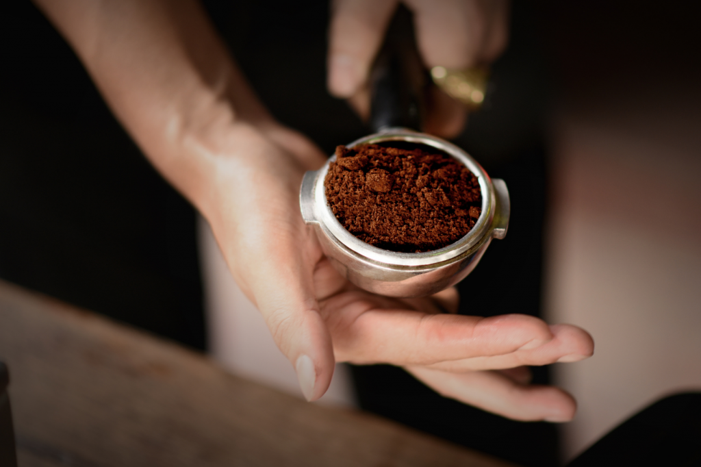 urovnávání kávy v páce pro přípravu espressa