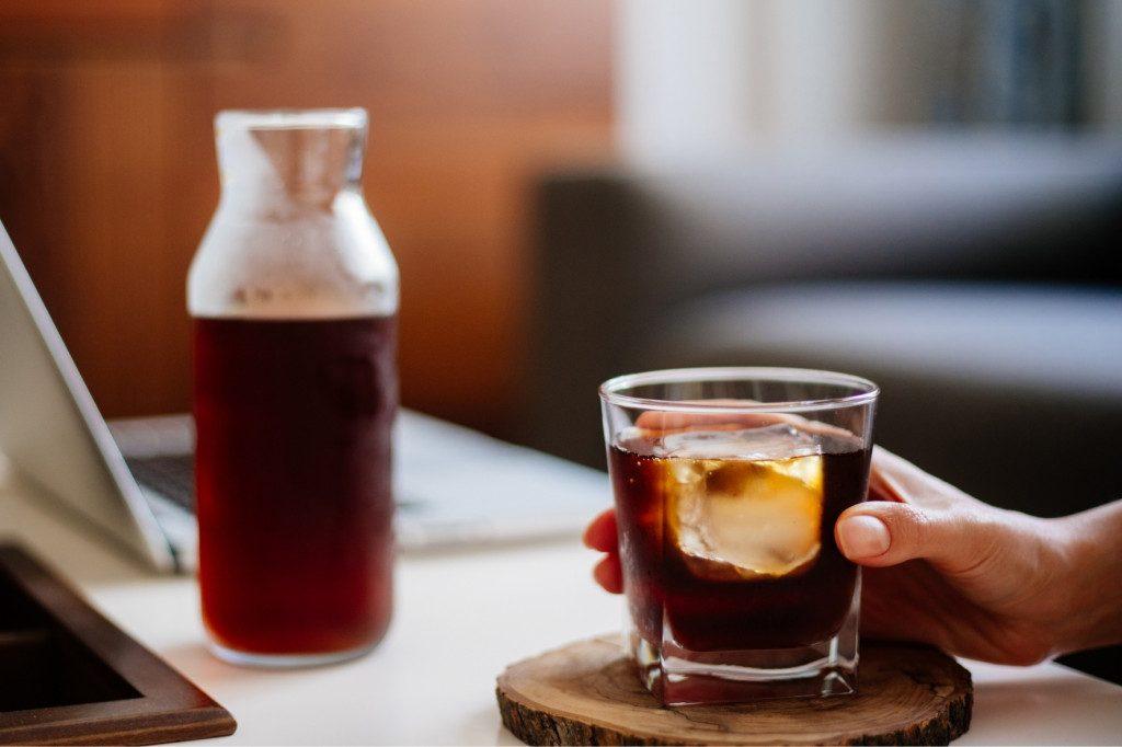 lahev a sklenka s cold brew na ledu