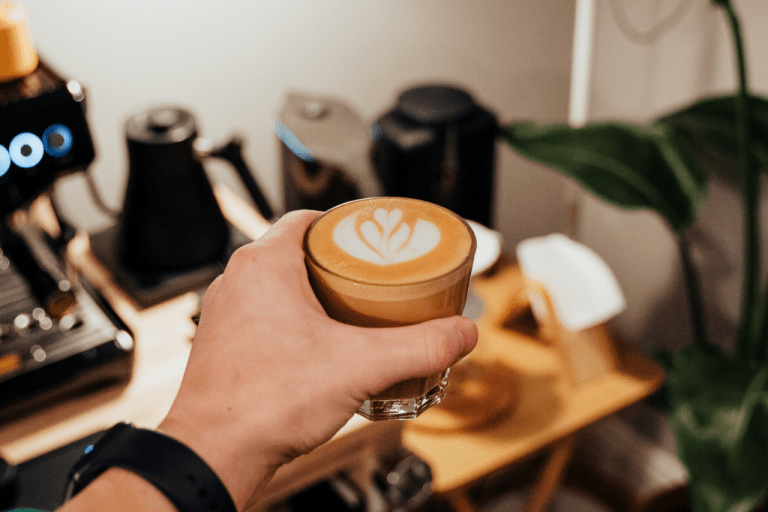 Příprava kávy flat white