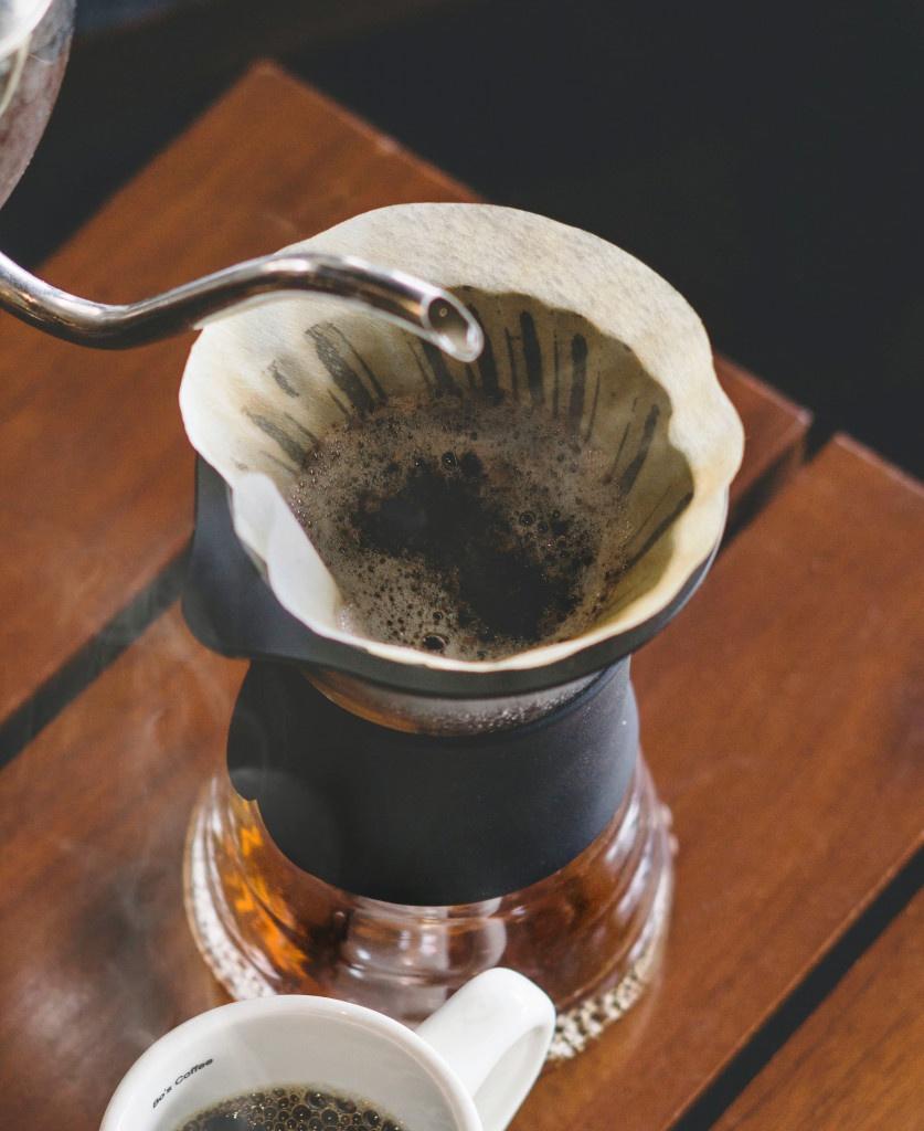 příprava filtrované kávy ve skleněném Hario V60 drip decanteru