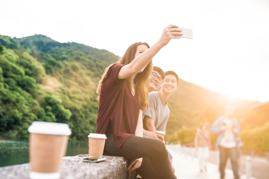 dospívající přátelé s kelímky s kávou