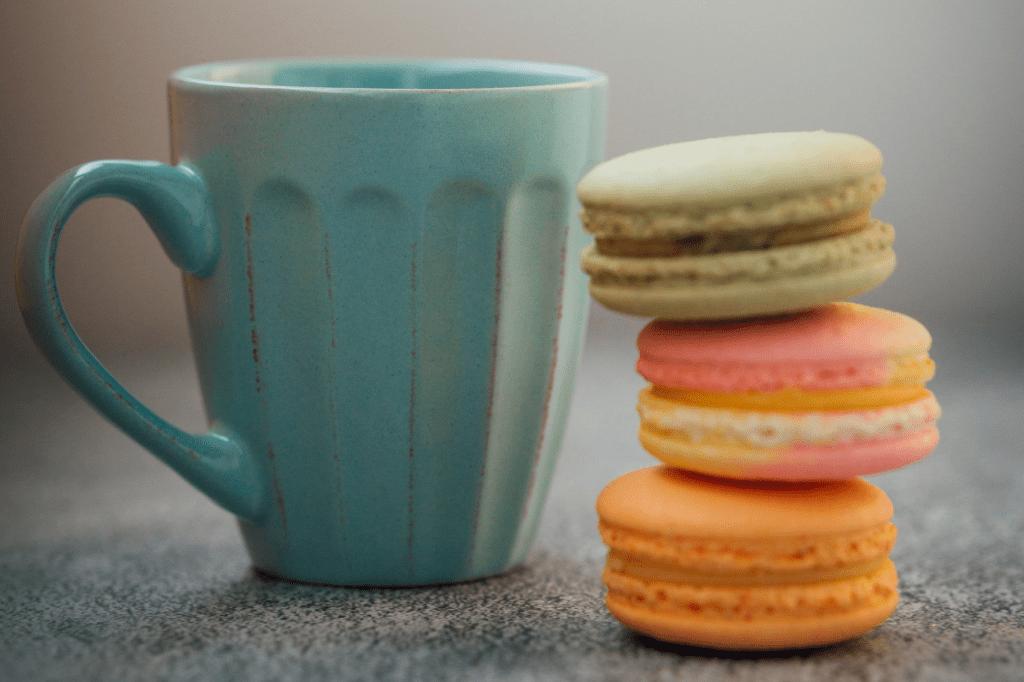 nekalorický šálek kávy a sladké makronky