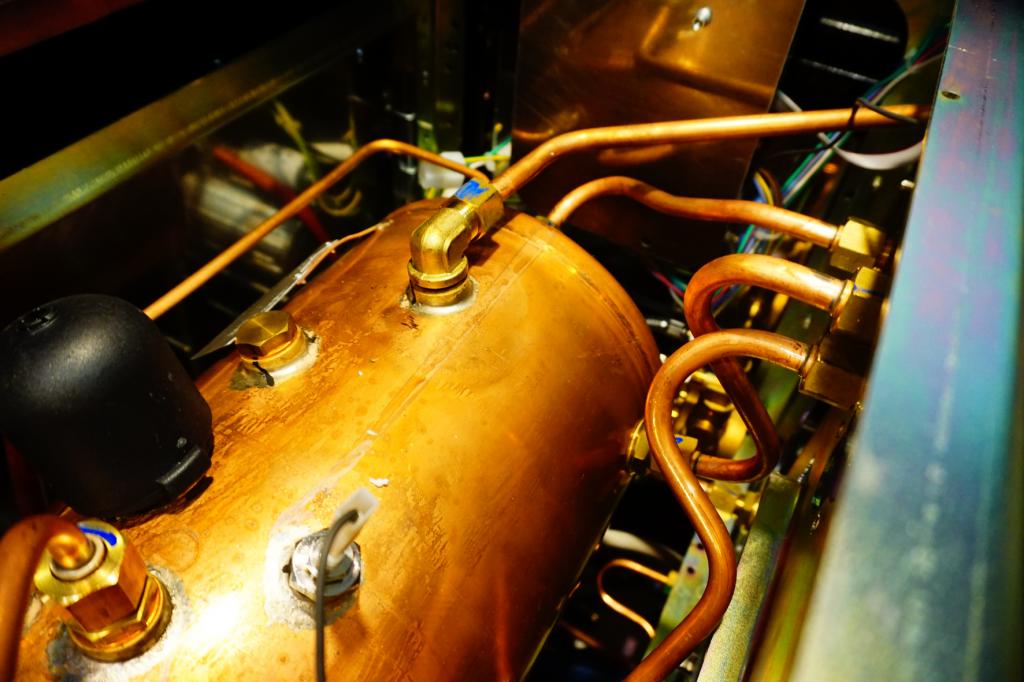 měděný bojler uvnitř pákového kávovaru