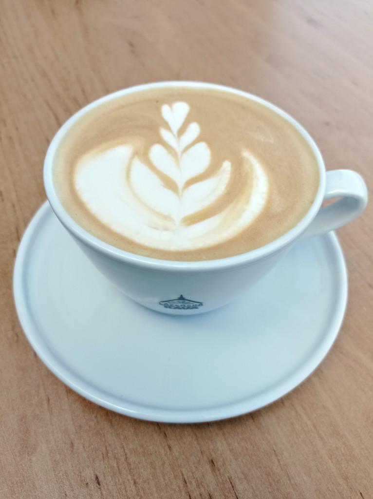 caffe latte s obrázkem na hladině v šálku lázeňská káva