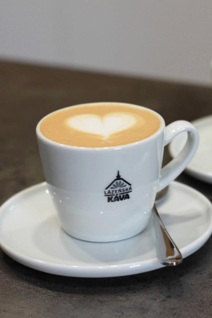 cappuccino s latte art v šálku lázeňská káva