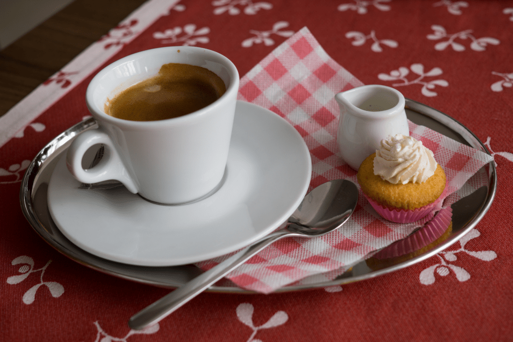 espresso s mlékem v kavárně