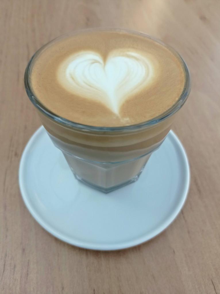 flat white káva ve skleničce