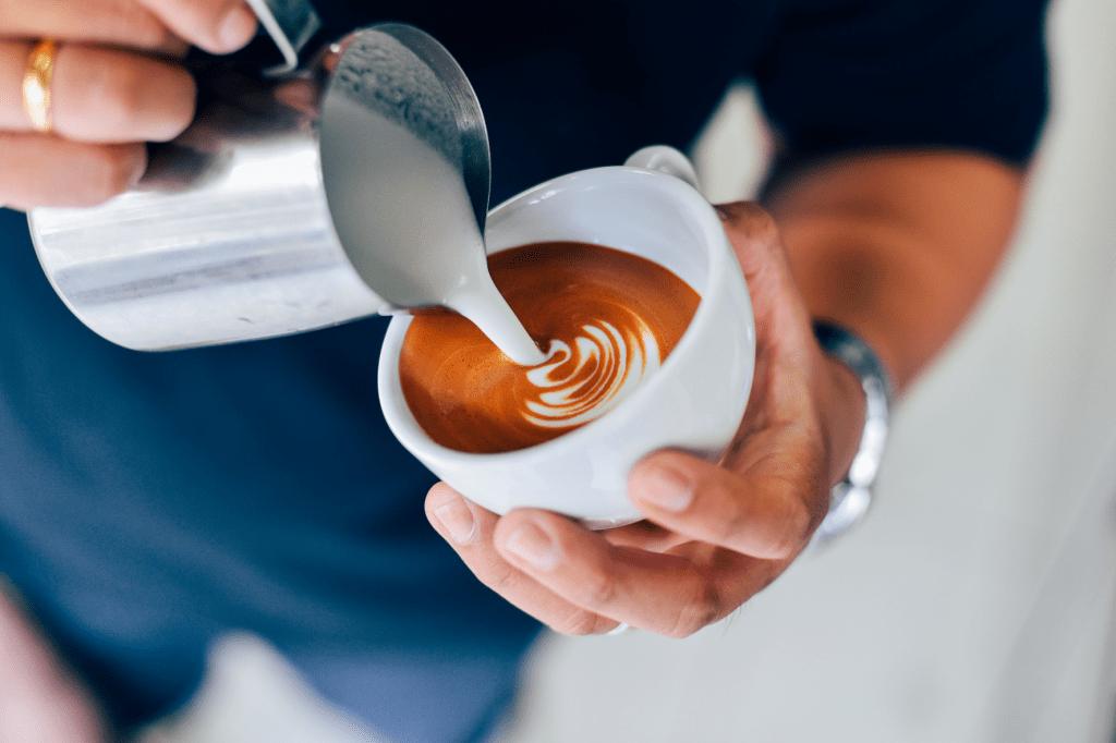 příprava latte s rosetou
