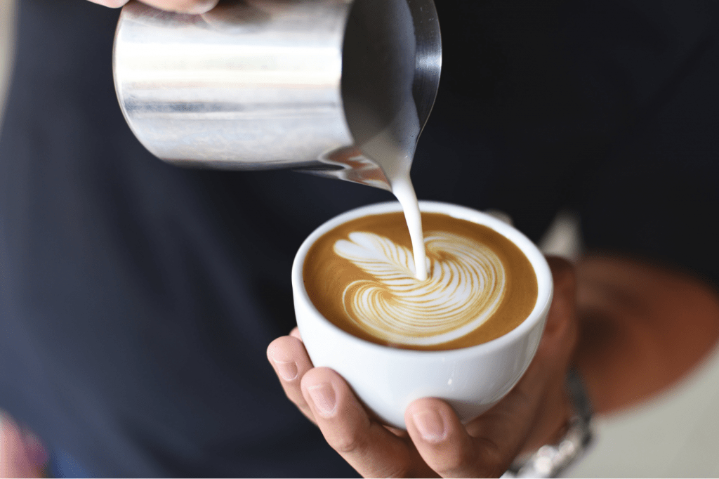 Cafe latte s latte art roseta