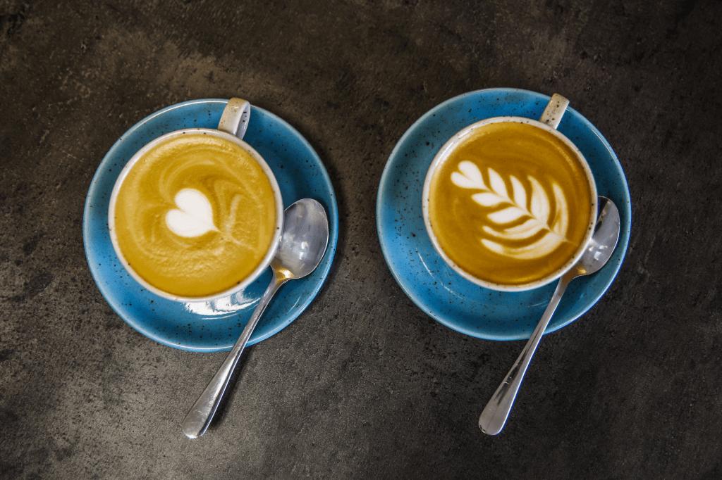 cappuccina s obrázkem latte art srdce a latte art tulipán