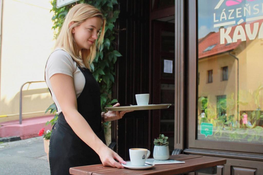 servis kávy v kavárně Lázeňská káva