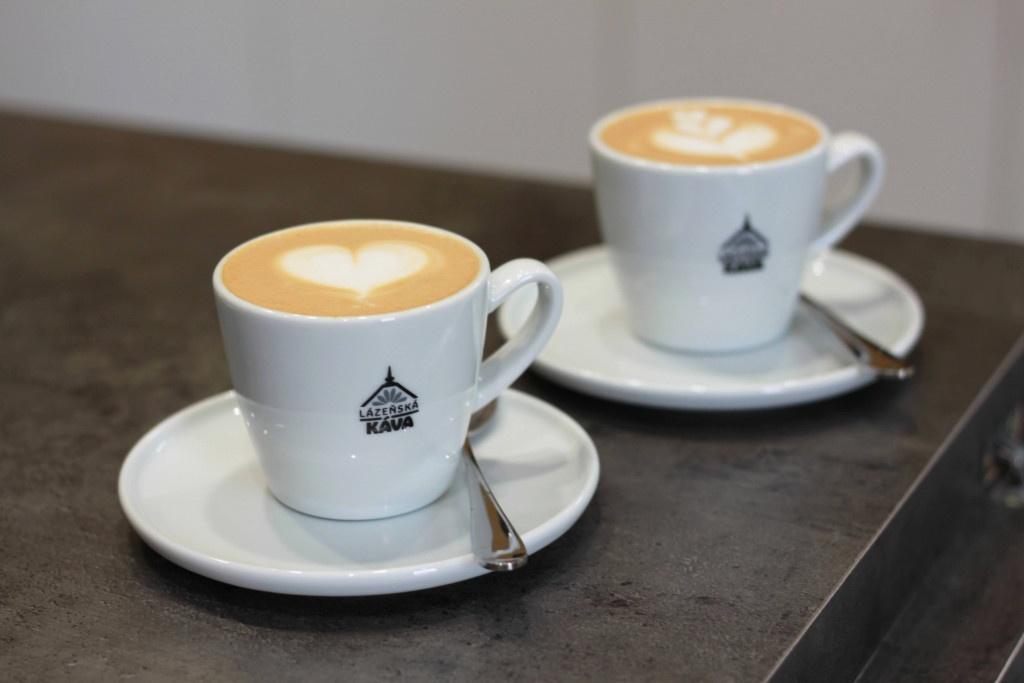 servis kávy v šálcích s brandem lázeňská káva