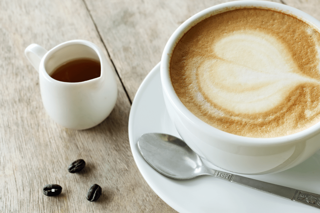 Cappuccino se sirupem do kávy