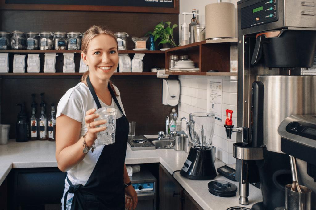 Kávovar na batch brew v kavárně