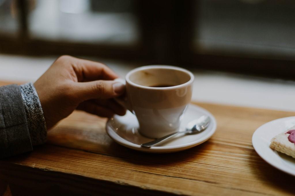 Zdravé pití kávy = kvalitní zrna, šetrné pražení, správná příprava, ideální množství i čas na kávu