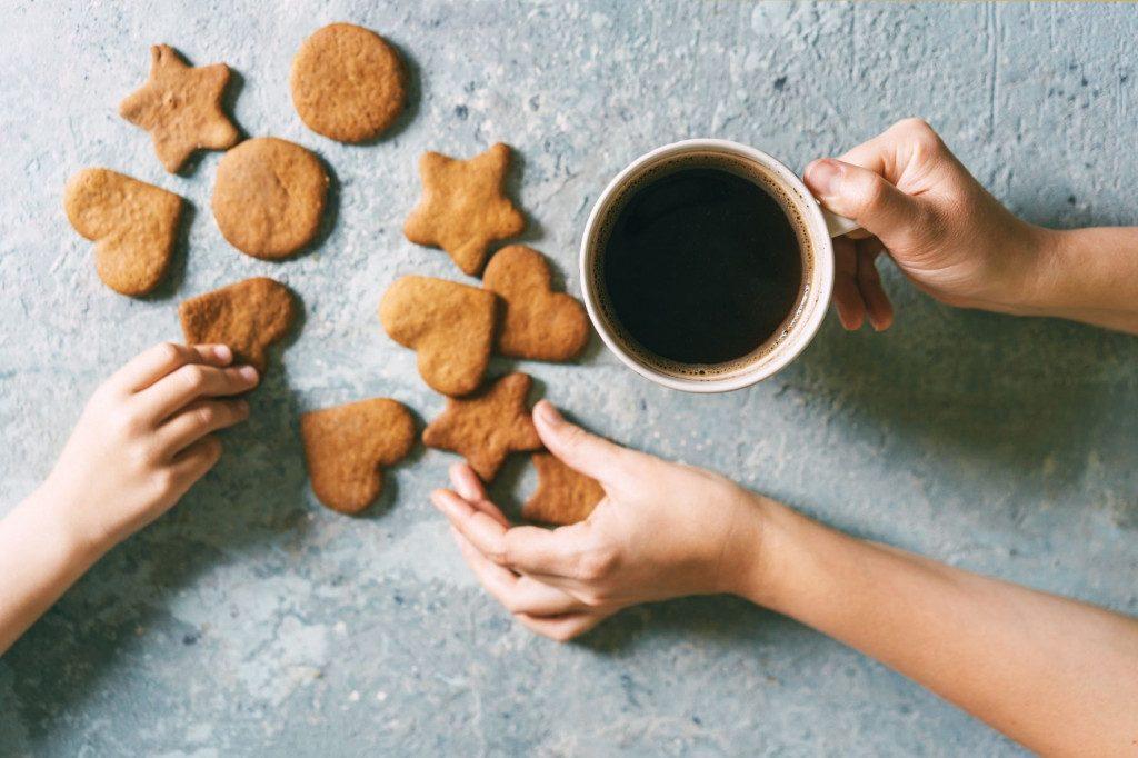Kávové cukroví a šálek kávy