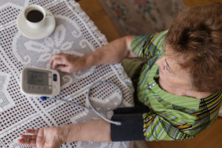 Měření krevního tlaku u šálku kávy