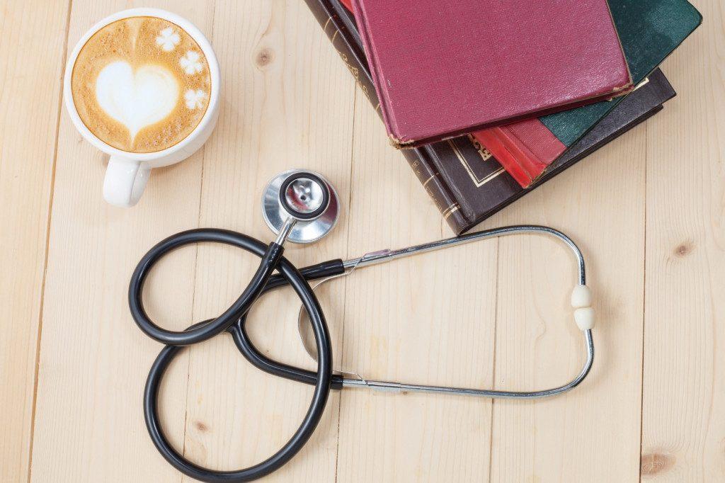 Káva cappuccino, obrázek srdce a stetoskop