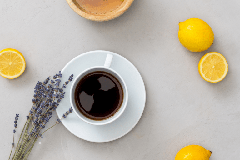 Šálek kávy s citrony a levandulí