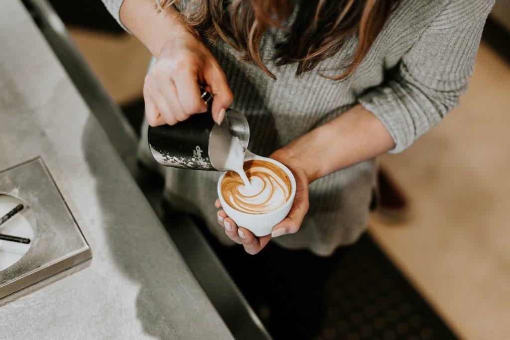 Příprava Caffe Latte ze správně vyšlehaného mléka