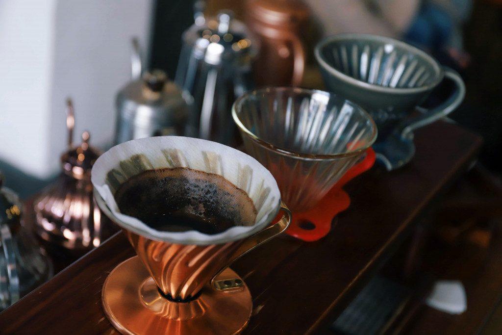 pult s drippery na přípravu filtrované kávy