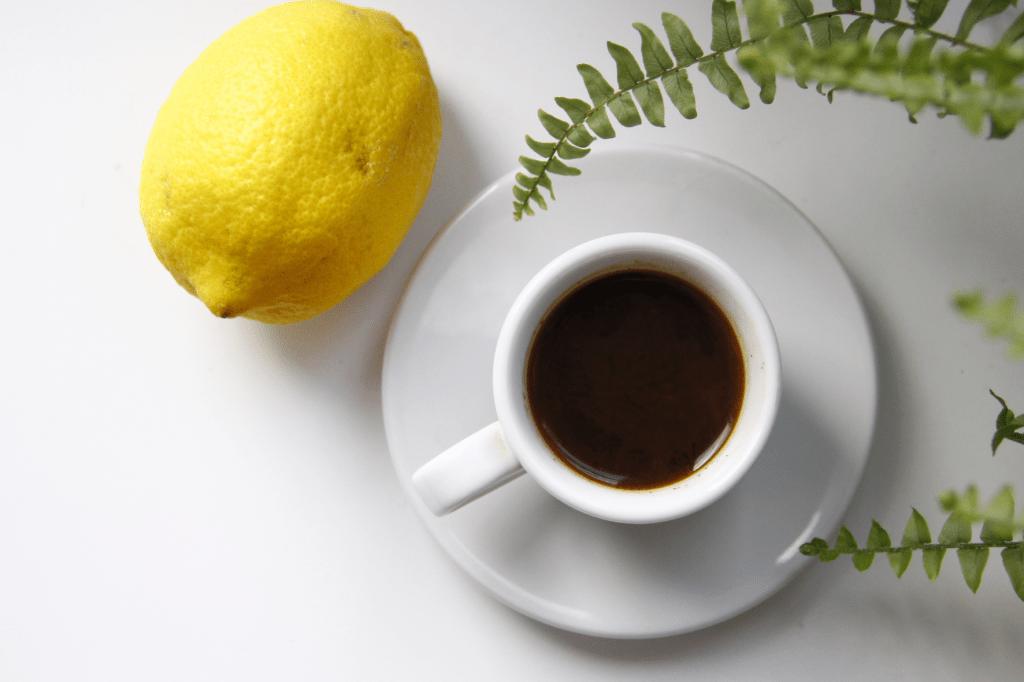 Šálek kávy a kyselý citron