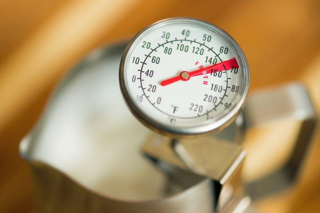 kontrola teploty při šlehání mléka do kávy
