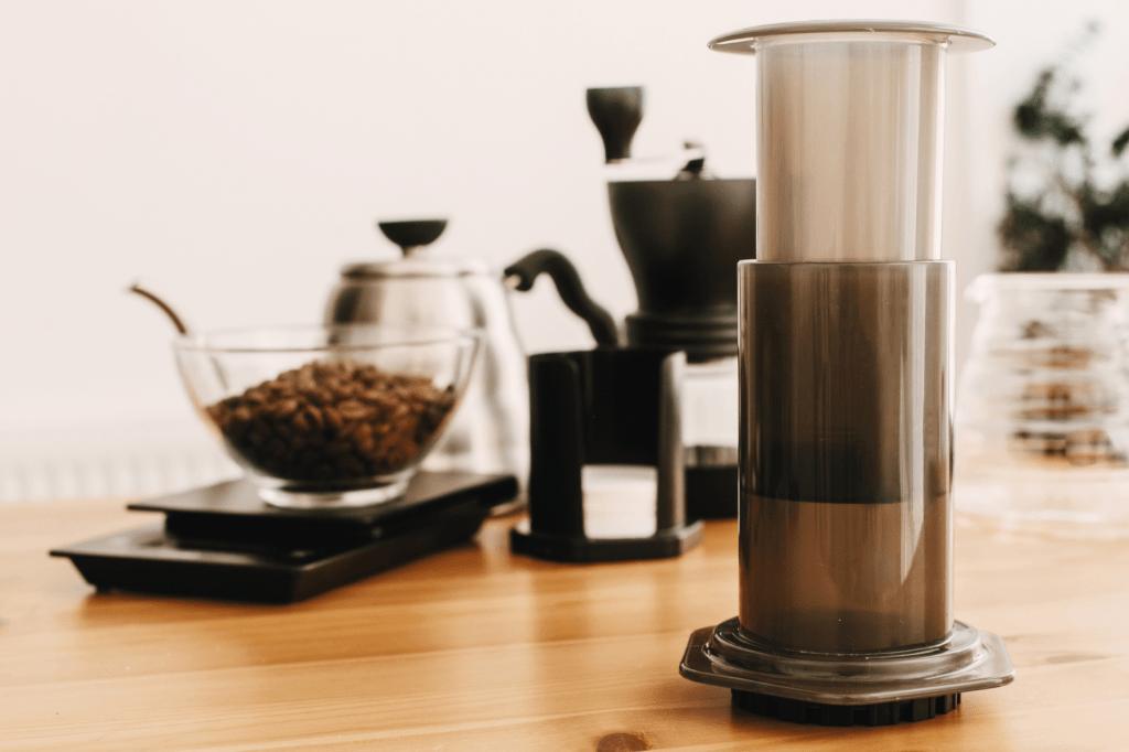 alternativní příprava kávy pomocí ručního kávovaru aeropress aerobie
