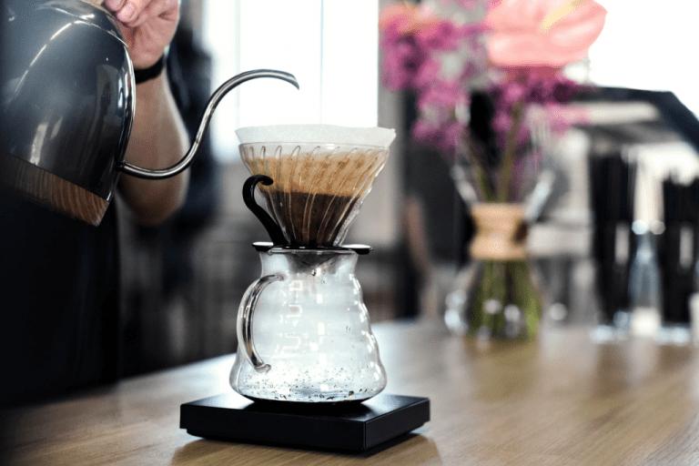 Příprava kávy v mauálním překapávači Hario V60.