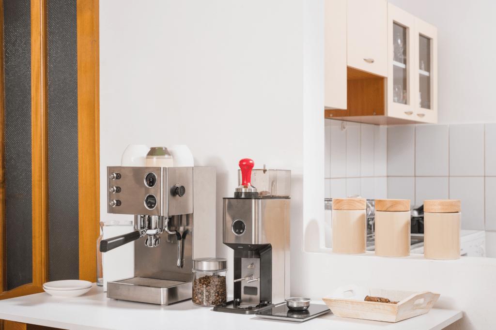 Domácí kávovar a mlýnek na kávu v kuchyni