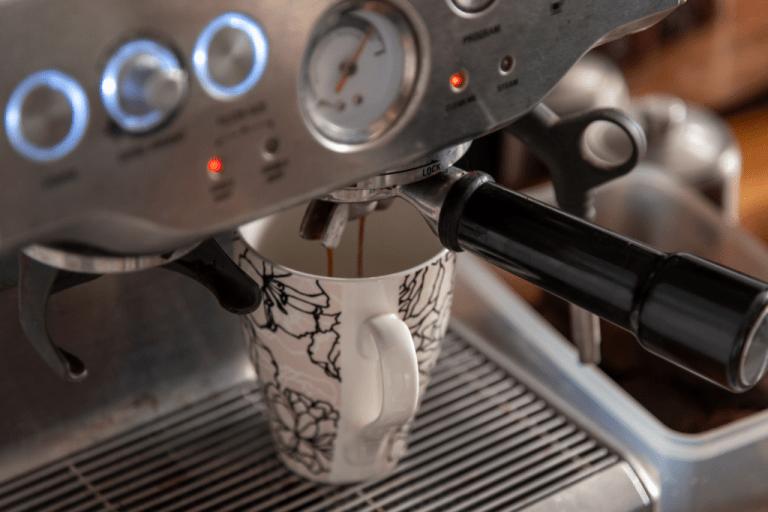 příprava kávy v domácím kávovaru