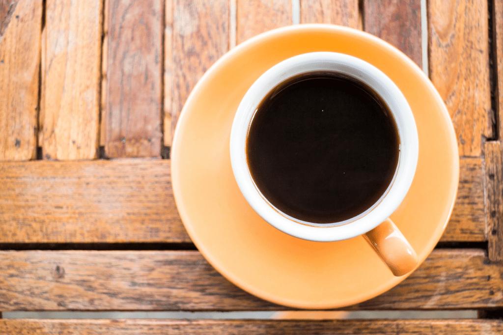 šálek černé hořké kávy