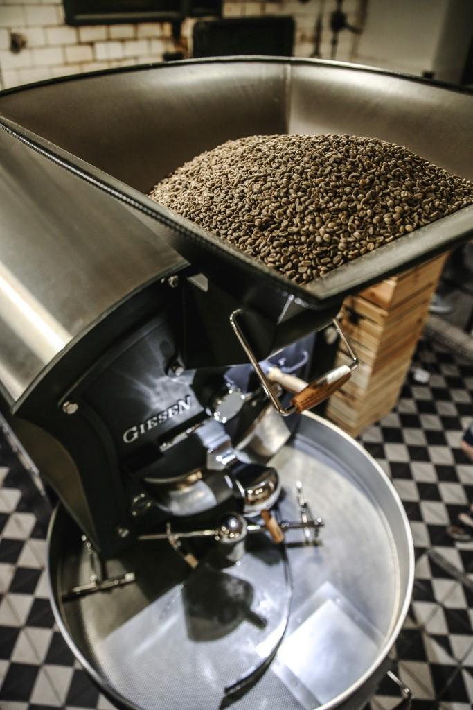 pražička kávy se zelenou kávou v násypce