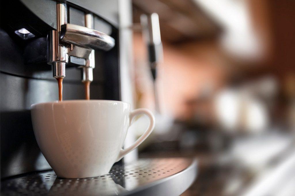 Automatický kávovar v domácnosti připravuje espresso
