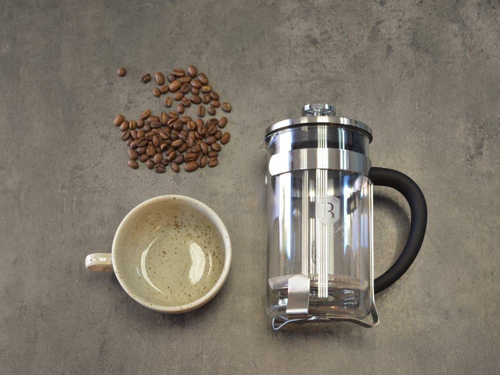 Pražená káva, šálek a French Press