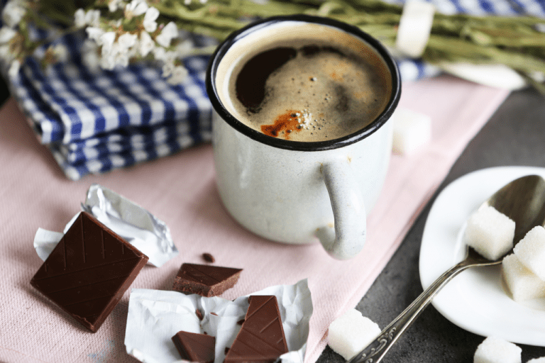 hořká káva s cukrem a hořkou čokoládou