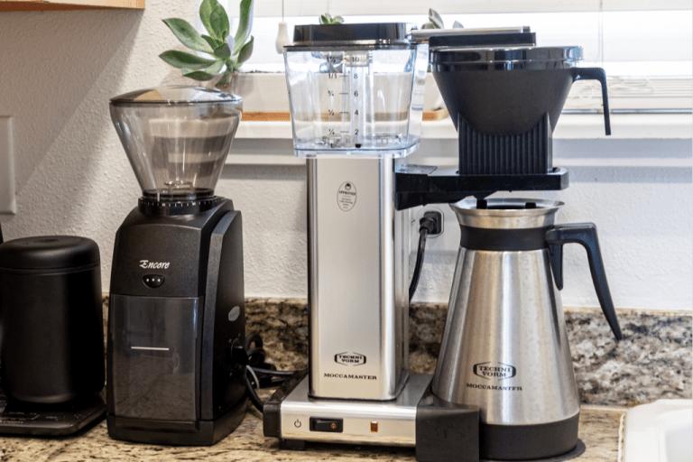 Domácí filtrovaná káva v překapávači moccamaster